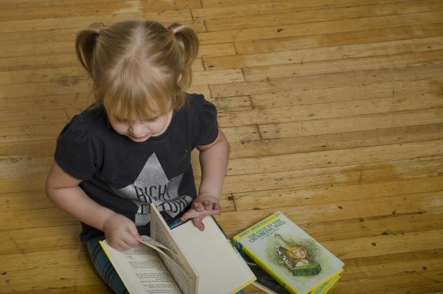 絵本を読む少女