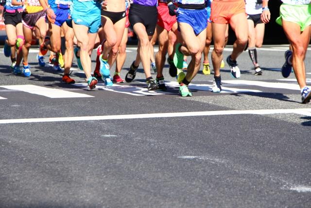 マラソン選手集団の足部分