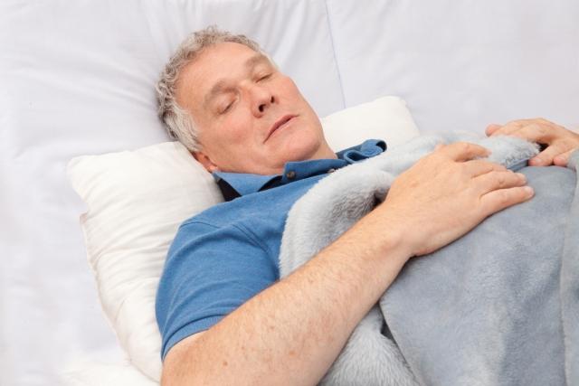 寝ている高齢男性