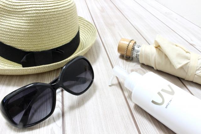 紫外線対策の帽子、サングラス、日焼け止めクリーム