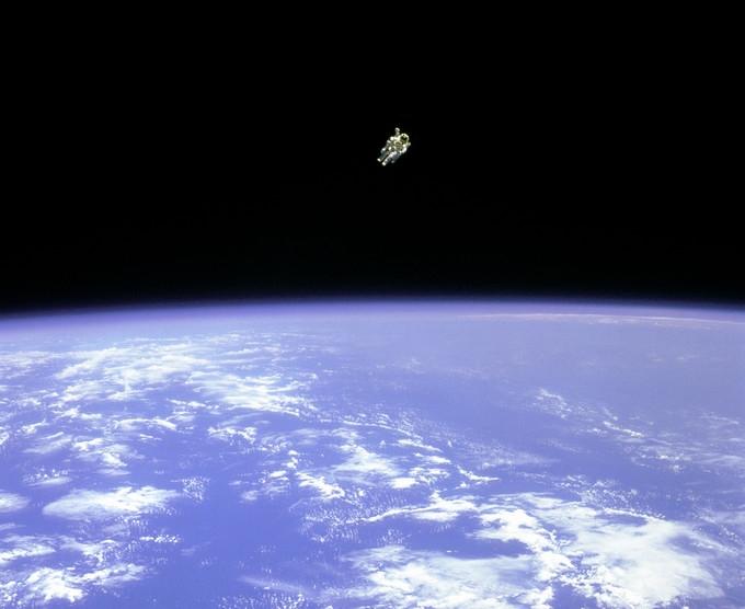 宇宙空間にいる宇宙飛行士