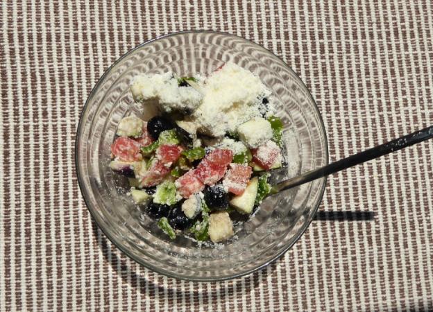 生のナスと粉チーズでサイコロ夏野菜サラダ